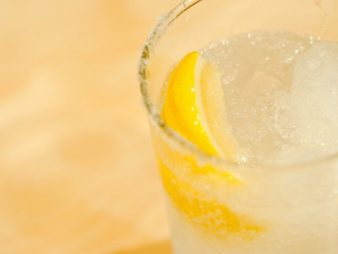 人気のお酒が飲食店を回す!①健康志向の火付け役レモンサワーが人気な理由_【サムネ】