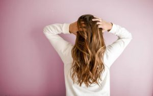 飲食バイトの髪色って、どこまでがセーフ?(派手髪でも隠す方法あります)