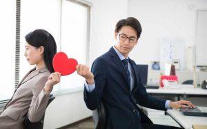 【職場恋愛のきっかけ30選】男性・女性に聞いた!リアルな「社内恋愛」事情
